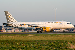 EC-JPL (PlanePixNase) Tags: amsterdam ams eham schiphol planespotting airport aircraft airbus 320 a320 vueling