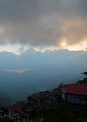 An evening in Shimla. (draskd) Tags: shimla simla sunset evening cloud silverlinedcloud himachalpradesh hp landscape layers dusk light moody atmosphere tour draskd sunsetlight nikond7100 sky buildings hills sun settinsun