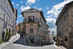 Umbria: Assisi streetcorner (Henk Binnendijk) Tags: umbria umbrië umbrie italy italia italië italie oldtown assisi street explore streetcorner