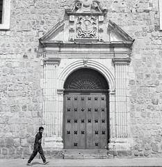 Paso ante el portón (Marcos Núñez Núñez) Tags: street streetphotography bwstreet blackandwhite blancoynegro bw fotografíacallejera oaxaca macedonioalcalá film filmphotography analogue fotografíaanalógica rollo120 120mm formatomedio rolleiflex arquitectura arista