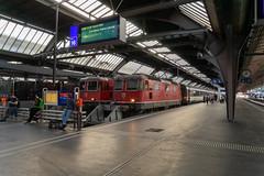 Around 8 PM: Waiting for the departure (90/365) (jaeschol) Tags: around8pm bbc bahnhof eisenbahn elektrischelokomotive europa europe kontinent lokomotive projekt re420 re420125 re420134 saas sbb slm schweiz suisse switzerland transport zürichhb chemindefer railroad railway