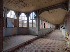 Heilstätten Hohenlychen 72 (Moddersonne) Tags: lost place urbex verlassen abandoned decay verfall urban exploration heilstätten hohenlychen sanatorium flur corridor hallway