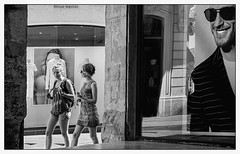 J'aime regarder les filles... (francis_bellin) Tags: 2018 blackandwhite streetphoto street bwphoto netb photoderue montpellier blackandwhitephoto bw noiretblanc monochrome nb photographederue femmes rue vitrine juin ville pub