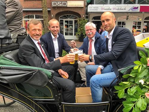 Bei der Eröffnung der Zwischenahner Woche u.a. mit Bürgermeister Arno Schilling (SPD, links).