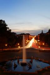 (Px4u by Team Cu29) Tags: münchen abend dämmenrung abenddämmerung blauestunde langzeitbelichtung leuchtspuren strasenverkehr springbrunnen fontäne