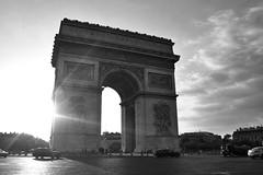 Simbolo (Campanero Rumbero) Tags: paris france francia day dia travel turismo trip city ciudad monocromo monochrome monocromatico arco arcodeltriunfo arcdetriomphedelétoile cielo sky nubes clouds sun sunset