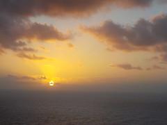 Un botón dorado. (Vanessa Pita) Tags: sea mar amanecer sunrise blue pink yellow golden orange azul rosa naranja nubes clouds cloud sky cielo
