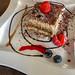 Tiramisu mit Erdbeeren, Blaubeeren und Schokosauce