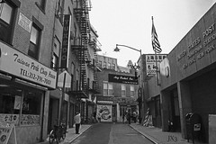 Calle en Chinatown. NYC. JX3. (Juanjo J) Tags: chinatown china town nyc bw byn usa eeuu new york city nueva ciudad street calle downtown manhattan people gente travel viaje viajes ruido noise flag bandera