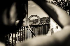 Tu encuadre. (Ricardo Pallejá) Tags: monocromo monocromático modelos monochrome travel nikon d500 street shades silueta tarragona turismo urbana urban urbanphotography blancoynegro bw blackandwhite viejo virado viajar tivisa catalonia cataluña catalunya contraluz contraste calle chica woman lightroom