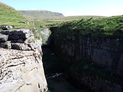 Hull Pot Scar (fraktalisman) Tags: yorkshire yorkshiredales dales britain england europe travel summer 2019 green mountains fell nature countryside