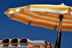sunshine (nograz) Tags: nograz nikond7200 portosantamargherita ombrellone agosto sunshade parasole cielo sky giallo yellow blu architetture