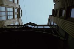 La sombra del día (sventoryapi) Tags: edificio ventanas sombra cielo oscuro oscuridad buildings shadow kodak z990