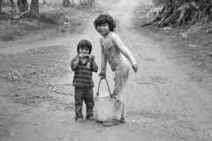 Niños guaraníes acarreando agua (Fabio Galluppi) Tags: children niños guaraní originario aborigen misiones iguazú