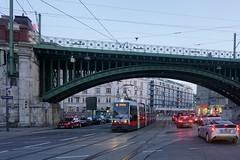 Währinger Gürtel, Straßenbahn (peter.velthoen) Tags: petervelthoen wenen tram avond verkeer autos wienerlinien linie38 ubhfnusdorferstrase wien österreich strasenbahn ubahn stadtbahn