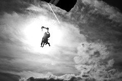 Free Falling (Black&Light Streetphotographie) Tags: mono monochrome menschen menschenbilder sky himmel leute lichtundschatten lightandshadows urban wow dof deepoffield tiefenschärfe fullframe vollformat city closeup sony streetshots streets streetshooting streetportrait street schwarzweis streetphotographie sw sonya7rii bw blackandwhite blackwhite bokeh bokehlicious blur blurring