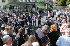 Statement BMín (Offizieller Auftritt der Bundeswehr) Tags: statement bmin bahnfahren bahn krampkarrenbauer verteidigungsministerin dobrindt lutz soldatenbahn