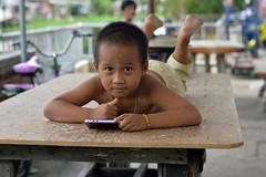 boy on a table (the foreign photographer - ฝรั่งถ่) Tags: boy child table khlong lard phrao portraits cellphone bangkhen bangkok thailand nikon d3200