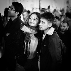Audience in Love (explored 2019/08/18) (Tom Levold (www.levold.de/photosphere)) Tags: dublin fuji xpro2 xf56mmf12 street people candid nacht night bw sw templestreet porträt portrait paar couple