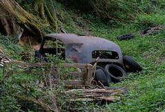 derrière l'arbre... (steflgs) Tags: abandonedcar urbex rurex limousin hautevienne