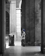 Incontri bolognesi 2 (walter.fangio) Tags: bologna street ragazze portici sole ombre chiaroscuro ferie vacanze blackwhite bianconero blu