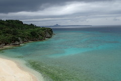 Depuis le pont qui mène à l'île de Sesoko (2) (8pl) Tags: sesoko japon okinawa île plage sable sablefin nature eau montagne relief couleurs bleu vert azure turquoise ciel nuages végétation
