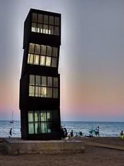 Colores en el cielo (Ana De Haro) Tags: juegolvm escueladejackie coloresenelcielo barcelona cataluña catalunya barriodelabarceloneta barceloneta laestrellaherida lestelferit loscubos escultura