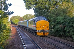 37419 arrives at Brundall Gardens with 2P04 0636 Norwich - Great Yarmouth 17/08/19. (chrisrowe37419) Tags: 37419 brundallgardens 2p04 norwich 0636 greatyarmouth 170819 shortset eastanglia mainline