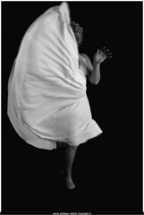 laura en robe de  marilyn monroe (villatte.philippe) Tags: robe blanche wihte dress marilyn monroe laura studio fond noir plissé sexy