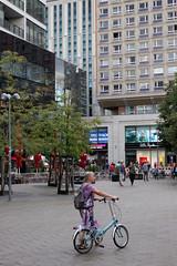 Wer sein Rad liebt … (Pascal Volk) Tags: berlin mitte alexanderplatz berlinmitte people street aftertherain nachdemregen sommer summer verano canoneos80d 40mm canonef40mmf28stm dxophotolab crazytuesday bikes