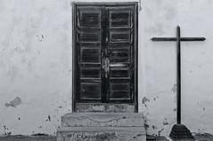 8 (RadarO´Reilly) Tags: teguise lanzarote kanaren canaryislands spain street streetphotography tür door treppe stairway kreuz cross sw bw schwarzweis blackwhite blanconegro monochrome noiretblanc zwartwit