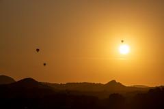 Sunset with balloons. (isabel.benkert) Tags: sonnenuntergang sunset berge mountains ballons balloons spanien spain