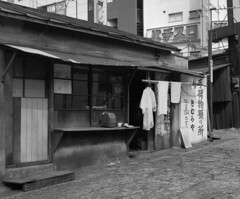 Of things simple (lebre.jaime) Tags: japan 日本 easternshinjuku 東新宿 tokyo 東京都 architecture streetphotography conceptual analogic film120 mediumformat mf blackwhite bw noiretblanc nb pretobranco pb hasselblad 503cx planar cf2880 kodak trix iso400 epson v600 affinity affinityphoto