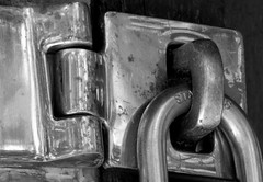 closed (Grenzeloos1) Tags: macromondays hmm themeclosed smalllock smalltrunk detail bw