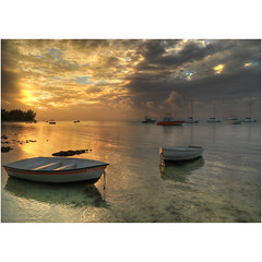 Never enough (Robyn Hooz) Tags: beauty tramonto sunset barche mare sea ocean indian luce light lagoon colors mirror calm flat mauritius