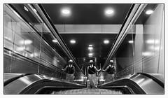 L'Escalator. (francis_bellin) Tags: olympus espagne streetphoto street bwphoto netb streetphotographie rue blackandwhitephoto nb photographederue monochrome blackandwhite bw 2019 andalousie noiretblanc femme métro chapeaux escalator reflet málaga