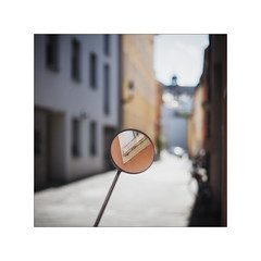 the eye (Armin Fuchs) Tags: arminfuchs lavillelaplusdangereuse würzburg street light mirror reflection diagonal niftyfifty square houses