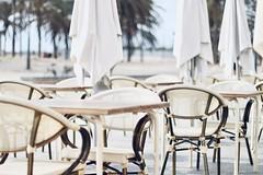 LVM: Repetición (AriCatalán) Tags: sillas cafetería playa monocromo white blanco beach mar repetición jackierueda juegolvm