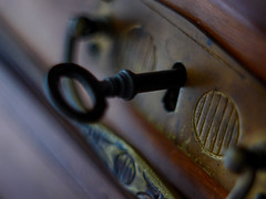 Key to the secrets (BeMo52) Tags: beschlag closeup2 closed drawe key macro macromondays makro pentaconauto50mmf18mc schubladenschlüssel depthoffield