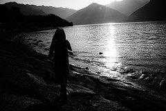 Two seconds before (stefankamert) Tags: lakecomo lake italy silhouette noir blackandwhite blackwhite noiretblanc sony rx1r rx1 mirrorless fullframe zeiss 35mm sun light water mountains backlight landscape stefankamert beach