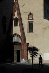 Ombre & lumière (Lucille-bs) Tags: europe italie aoste valléedaoste eglise saintours ombre lumière silhouette architecture porte entrée
