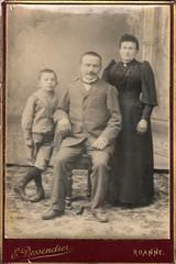 Couple avec enfant (Cletus Awreetus) Tags: photographie photoancienne homme femme enfant garçon
