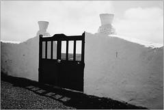 Tor zum Himmel (Ulla M.) Tags: analogphotography analogue analog olympusmju schwarzweis sw bw bnw grain selfdeveloped selbstentwickelt agfaapx100 rodinal umphotoart filmphotography filmshooter film filmisnotdead kleinbild 35mm reflectaproscan10t tor gate door kontraste