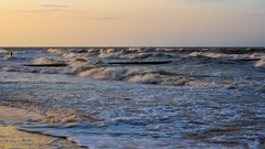 Wellen bei Sonnenuntergang -  Rolling Waves At Sunset | IMGP6248-2 (horschte68) Tags: koserow strand beach outside wellen wind wellenbrecher wavebreaker waves schaum wasser water sommer summerfeeling pentaxkp iso100 usedom isle insel ostsee balticsea germany deutschland küste smcda1645mm40edal motionblur rollingwaves sunsetmood foam