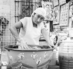 Masa para el tejate (Marcos Núñez Núñez) Tags: street streetphotography streetphotographer cacao national calle fotografíacallejera tejate tradición tradition cultura gastronomía bebida oaxaca masa rolleiflex arista film 6x6 formatomedio 120mm