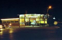 Pizzas y empanadas... (mavricich) Tags: noche película pentax spotmatic takumar lomography calle color comida luz light nigth
