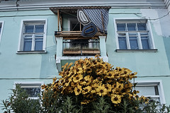 Residents are creative (Staropramen1969) Tags: house balcony flowers creative funny humor dubna hausbalkon blüht kreativen lustigen spas maison balcon fleurs drôle humour будинок балкон квіти креатив смішно гумор