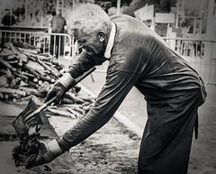 Les moules au feu de bois. (LACPIXEL) Tags: moule mussel mejillón feudebois firewood normandie mer mar sea homme hombre man noiretblanc street rue calle streetphotographer flickr nikon nikonfr lacpixel