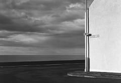 piove sul sole (scozia 01) (juri_kid_a) Tags: 2019 scotland scozia unitedkingdom regnounito portgordon sea oceano ocean landscape paesaggio building sky cielo clouds nuvole streetphotography street streetphoto streetview blackandwhite bw bn blackwhite bianconero biancoenero medioformato mediumformat mamiya filmcamera film analogica analogico analogue june giugno