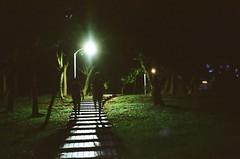 Into darkness. (蒼白的路易斯) Tags: nightshoot 大安森林公園 kodakultramax400 canonprimasuper115u film 底片攝影 底片